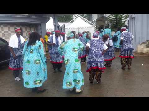 Visite de la Communauté Fomopéa de Douala chez FOU WEGAAP Célestin TAWAMBA : Danse Tsenla Partie 1