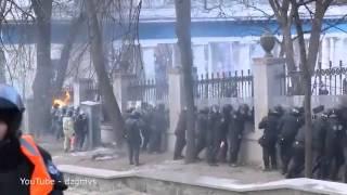 9RAW: Molotov cocktails set policemen on fire
