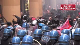 Bologna, scontri tra polizia e centri sociali per la lectio del governatore di Bankitalia