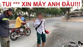 Kỳ lạ cậu bé quỳ lạy người đi đường mua dùm vé số, khi được giúp lại phản ứng gay gắt!!!