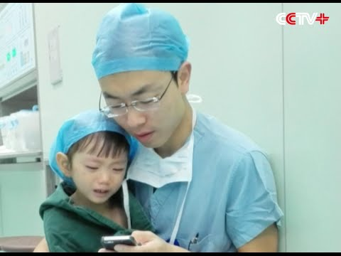 Netizens Touched By Doctors Kindness To Little Patient In - Surgeon calms crying 2 year old girl about to undergo heart surgery with cartoons on his phone