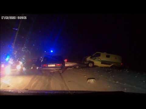 В Ростовской области столкнулись легковушка и инкассаторская машина.