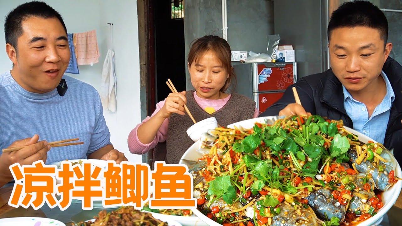 桃子姐和家人一起游玩挖野菜,回家做凉拌折耳根、凉拌鲫鱼,包大爷吃美了【蜀中桃子姐】