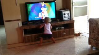 Minha menina descendo até o chão com patati e patata