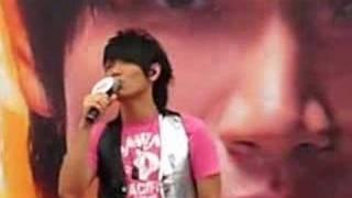 """Aska Yang 楊宗緯 singing """"One Day"""" at Suntec City"""
