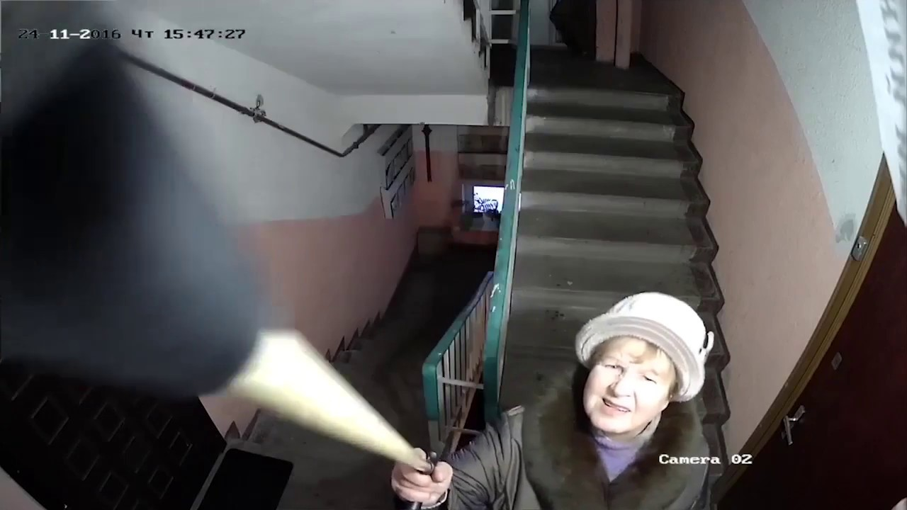 Скрытая камера на лестнеце