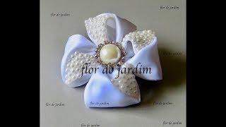 Flor celeste com fita de cetim e meia pérolas – Flower with satin ribbon