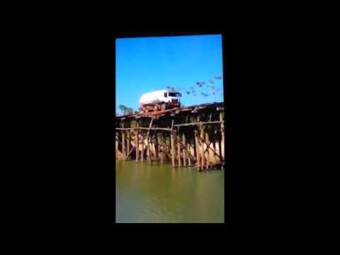 Flagrante de caminhão caindo de ponte de madeira