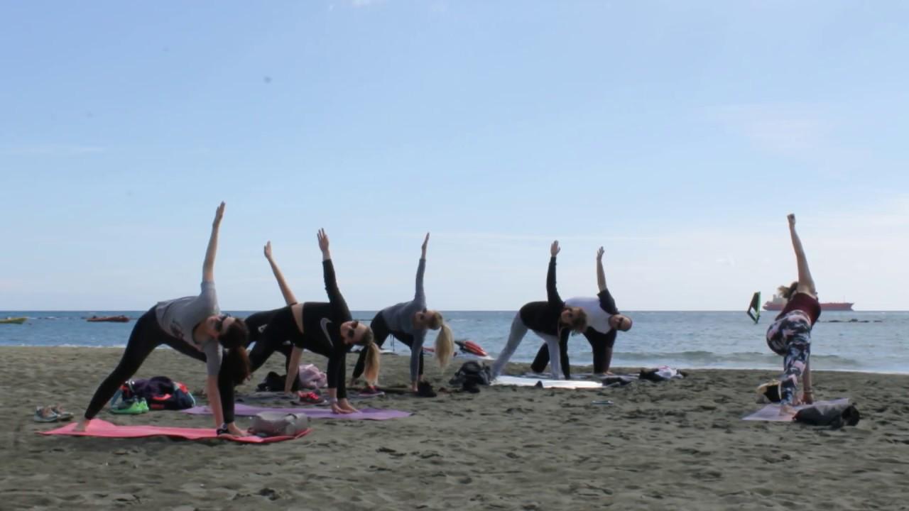 Joga na plaży w Limassol (Cypr)