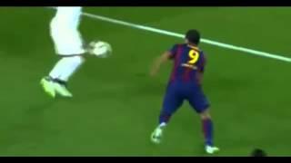 vuclip Luis Suárez intenta agredir con una coz a Thiago Silva.
