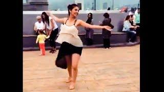 Танец в БАТУМИ Красивая Девушка Великолепно танцует ачарули На набережном
