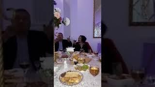 За столом, на свадьбе