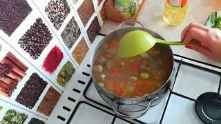 Лёгкий суп из цветной капусты и брокколи с фрикадельками.