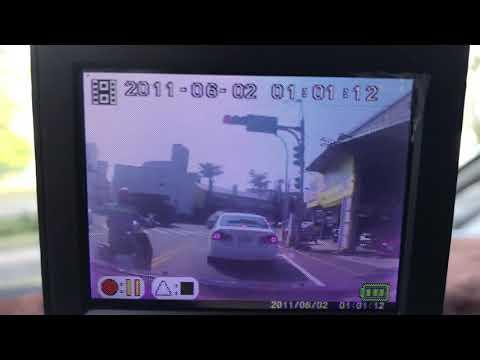 在警車前逆向闖紅燈