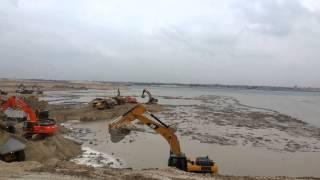 الحفر والتكريك فى قناة السويس الجديدة بمدخلها الشمالى فى البلاح يناير2015