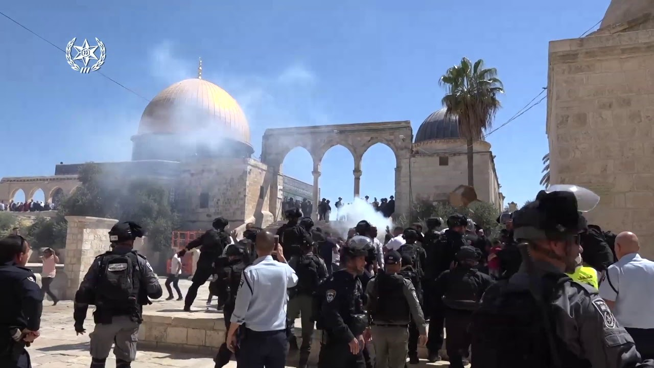 Muslim Worshippers Clash with Israeli Police at Jerusalem Holy Site - Temple Mount
