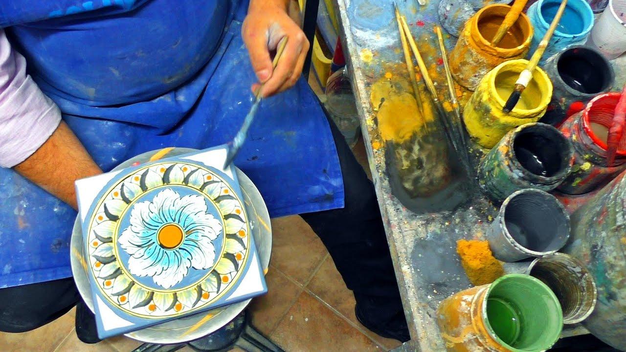 Cer mica artesanal artesano trabajando en su taller for Herramientas ceramica artesanal
