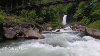 新緑で囲まれた苗名滝の水の量が雪どけで増し、観光シーズンを迎えてい...