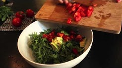 Rezept für Tomaten-Avocado-Salat mit Rucola und Basilikum