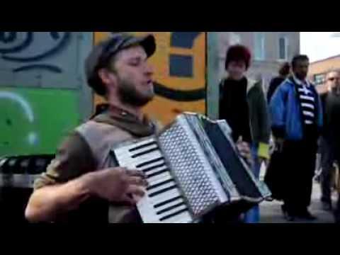 Уличный музыкант играет
