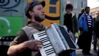 Уличный музыкант играет песню Майкла Джексона(, 2009-12-24T16:43:09.000Z)