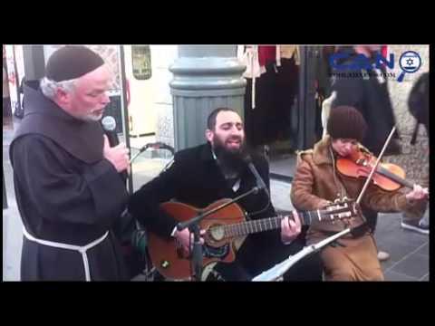Jérusalem: un juif orthodoxe chante, un curé le rejoint et l'accompagne