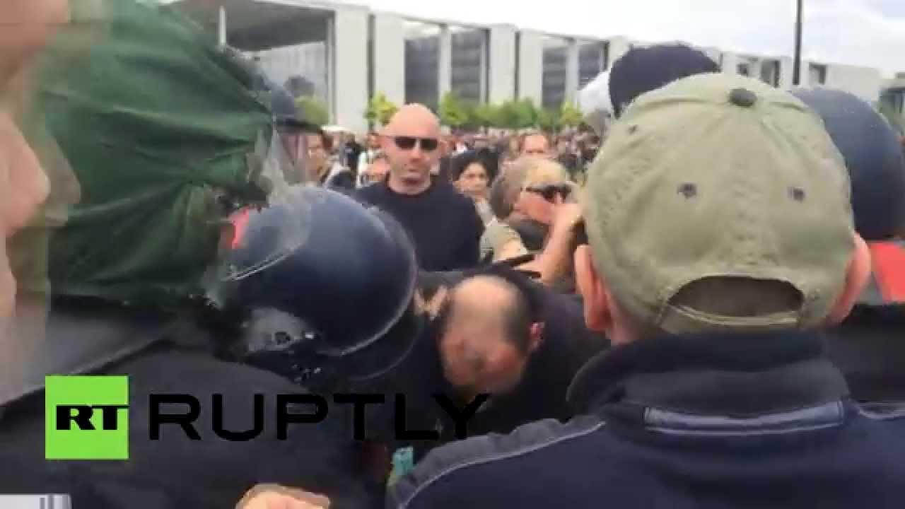 В ходе протестов в Берлине от рук полиции пострадал журналист видеоагентства Ruptly