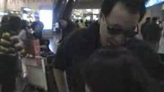 横山智佐と広井王子空港で出迎えた時のビデオクリップ