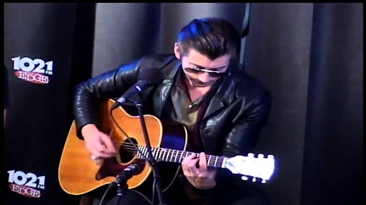 arctic-monkeys-no-1-party-anthem-acoustic-at-the-edge-music-lounge-2014-bipow-the-second