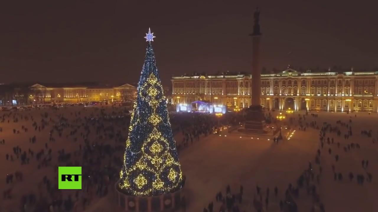 Miles de 'Papá Noel' invaden el corazón de San Petersburgo