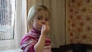 Голодный ребёнок из многодетной семьи