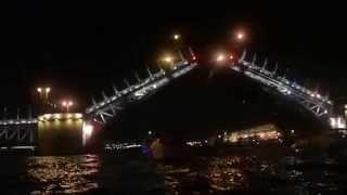 Развод Дворцового моста ночью на Неве. 27-ого сентября 2015 года.