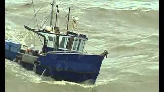 FISHING BOATS NEARLY CAPSIZING ENTERING THE GREYMOUTH BOATS 02 copyright.mp4