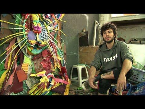 فنان برتغالي يحول النفايات إلى أعمال فنية