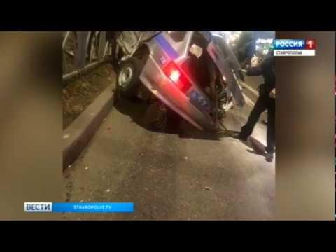 В Невинномысске автомобиль вневедомственной охраны повис на заборе