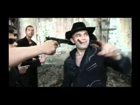 Doi moldoveni dicteaza un numar la telefon