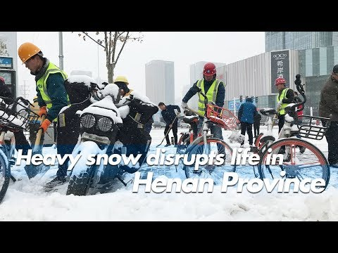 Live: Heavy snow disrupts life in Henan Province郑州迎来2018初雪