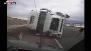 """شاهد .. شاحنة ضخمة """"تسحق"""" سيارة شرطة أمريكية"""