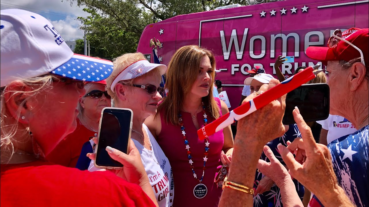 白宫美女乘粉红大房车来纳姐家门口为川普助选!人们夹道欢迎场面火爆!纳姐现场采访22岁华裔大学毕业生!Women For Trump pink bus came to SW Florida