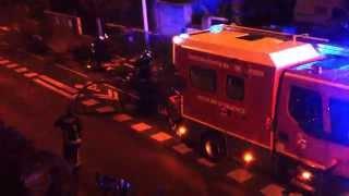 Les pompiers éteignent un feu de poubelle