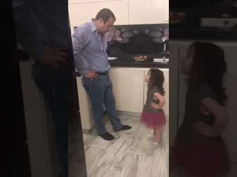 Маленькая дочка ругается с папой)))