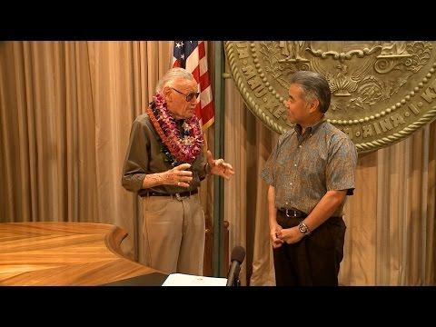 Stan Lee speaks to Gov. David Ige