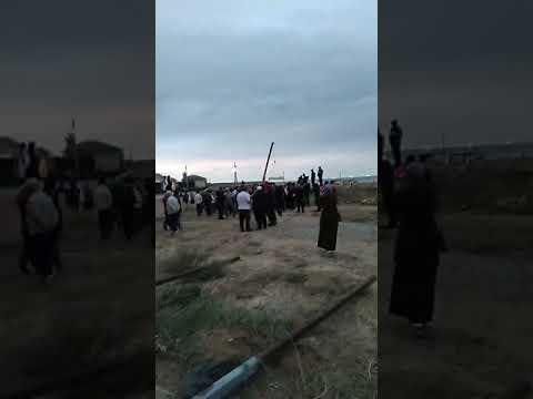 В Каспийске жители убирают строительный материал с места строительства гостиницы