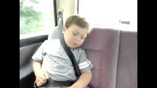 Как прикольно разбудить спящего ребенка?