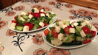 Салат из овощей , брокколи ,цветная капуста.