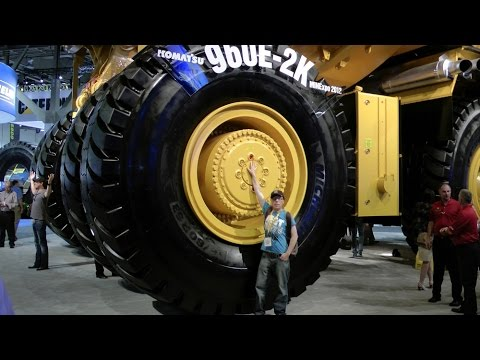 the biggest komatsu dump truck in the world youtube. Black Bedroom Furniture Sets. Home Design Ideas
