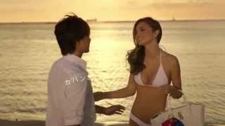 白ビキニのミランダ・カーとTAKAHIRO 海の中で抱き合ってキスをするCM m...