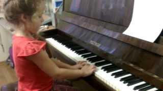 Девочка 5 лет играет Титаник на фортепиано