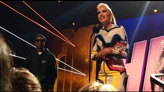 gwen stefani receving rdma hero award