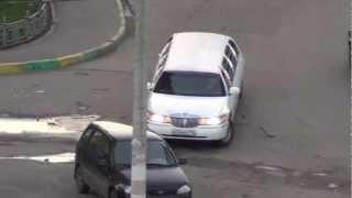 Белый лимузин с девушкой.